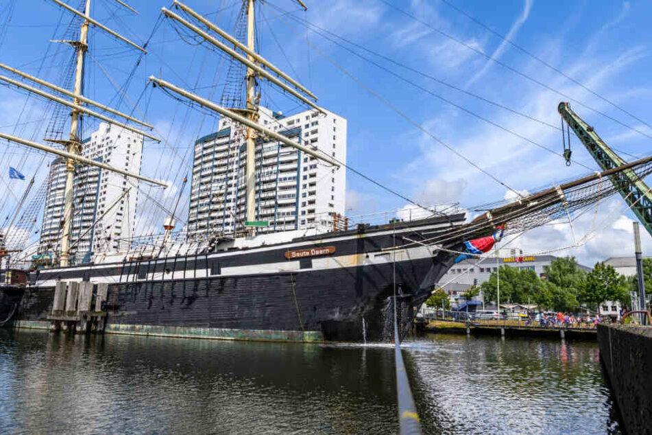 Ein Schiff liegt im Hafen in Bremerhaven.