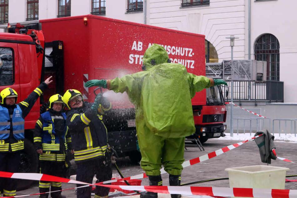 Die Feuer konnte das Gebäude nur in Schutzanzügen betreten.