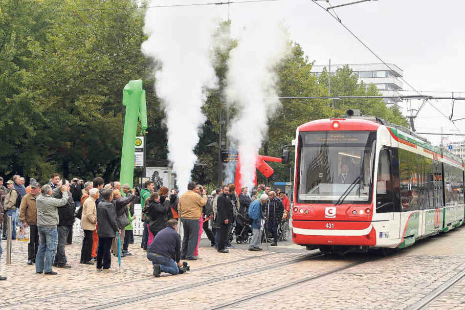 Die Chemnitzer bestaunten die neue Hybridbahn am Montag auf deren Jungfernfahrt  in der Straße der Nationen.