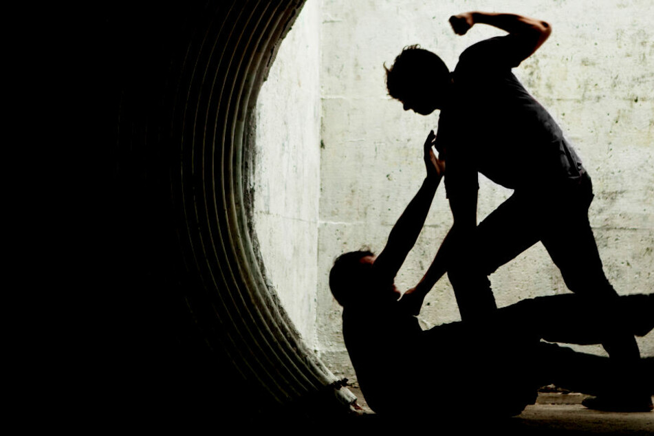 Nach einemStreit, soll der Jugendliche den 71-Jährigen getreten und geschlagen haben. (Symbolbild)