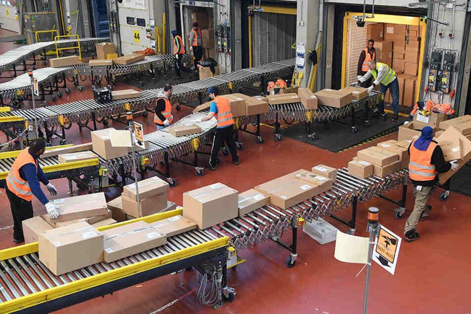 """In der Weihnachtszeit sind die Amazon-Lieferbänder besonders voll. Darum  sucht das Unternehmen """"Heinzelmännchen""""."""