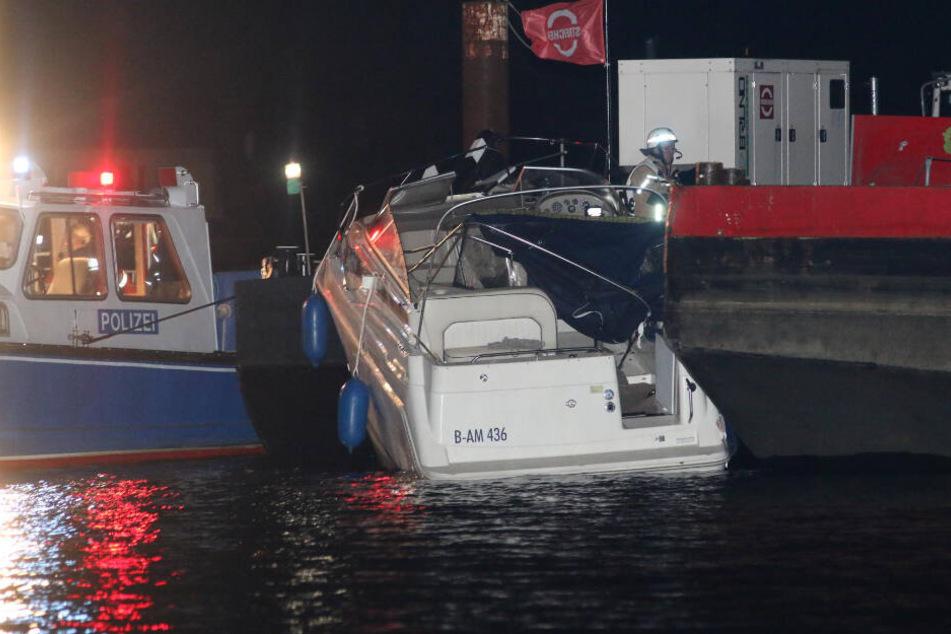 Der Sportboot kollidierte mit einem Schubkahnn.