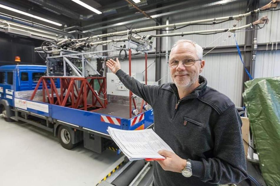 Matthias Thein (61) vor dem selbst entwickelten Lkw mit dem automatischen Andrahtsystem.