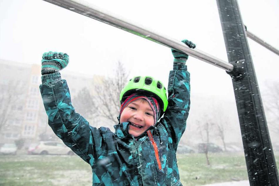 Joah (7) übt auch im Winter Klimmzüge.