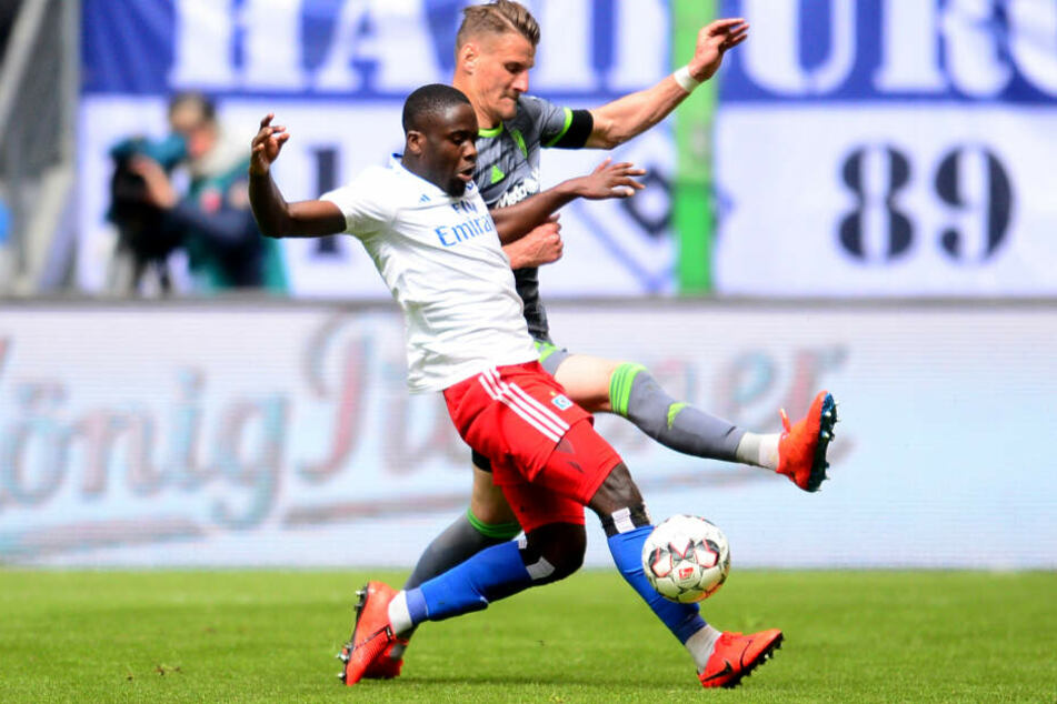 Hamburgs Orel Mangala (links) und Ingolstadts Stefan Kutschke kämpfen bei Spiel im Hamburger Volksparkstadion um den Ball.