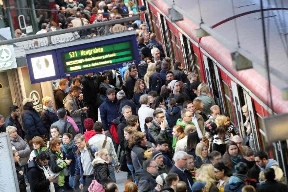 Unzählige Fahrgäste wollen in eine S-Bahn am Hamburger Hauptbahnhof einsteigen. (Archivbild)