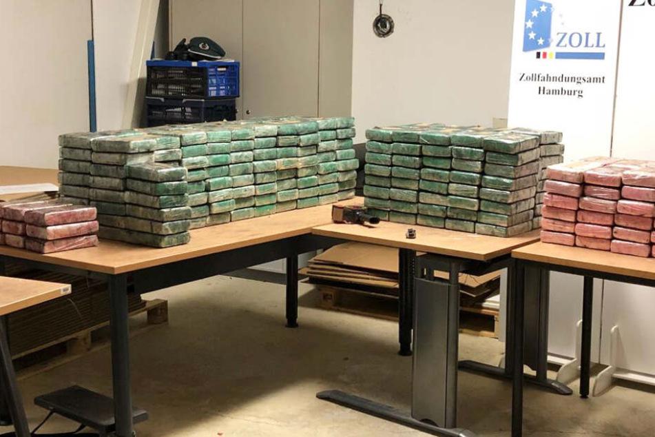 Das beschlagnahmte Kokain liegt auf einem Tisch.