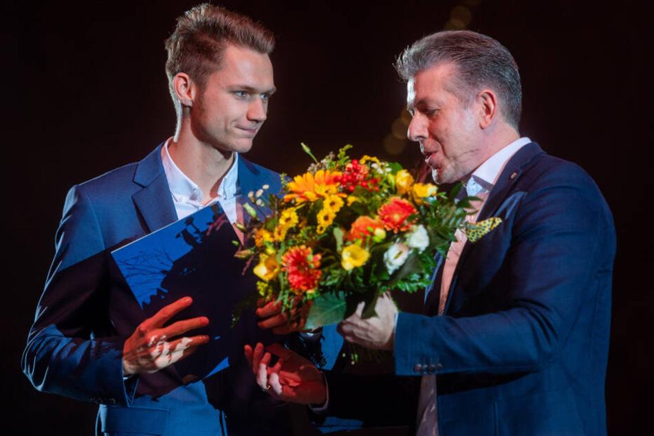 Kulturbürgermeister Ralph Burghart (r.) überreichte Marvin Schlegel auch ein paar Blumen.