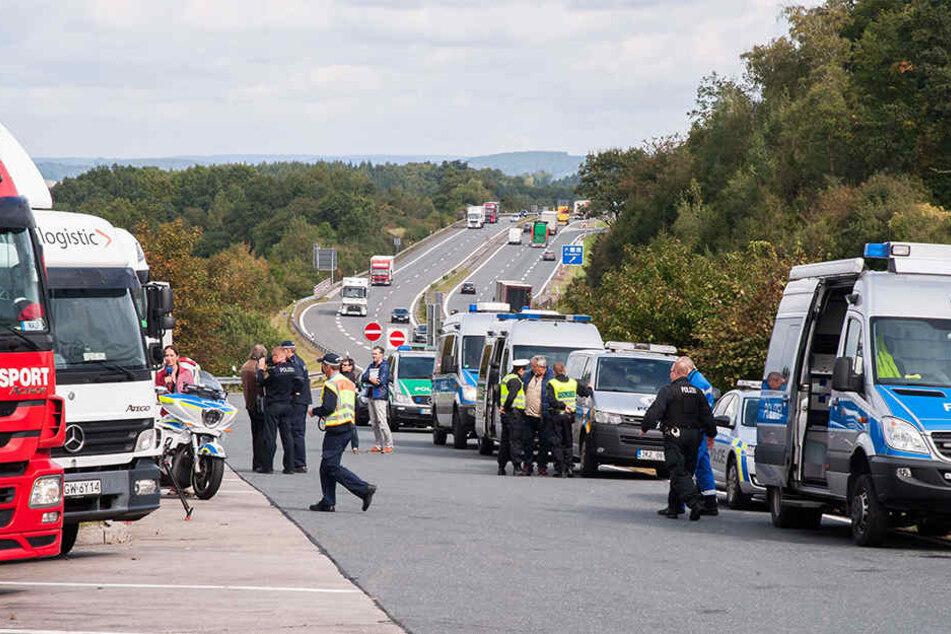 Großkontrolle an der A72: 18 Polizisten aus Chemnitz, Zwickau und Tschechien nahmen den Güterverkehr unter die Lupe.