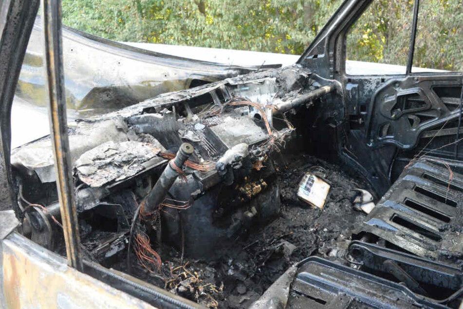 Der Brandherd wird im vorderen Teil des Wagens vermutet.