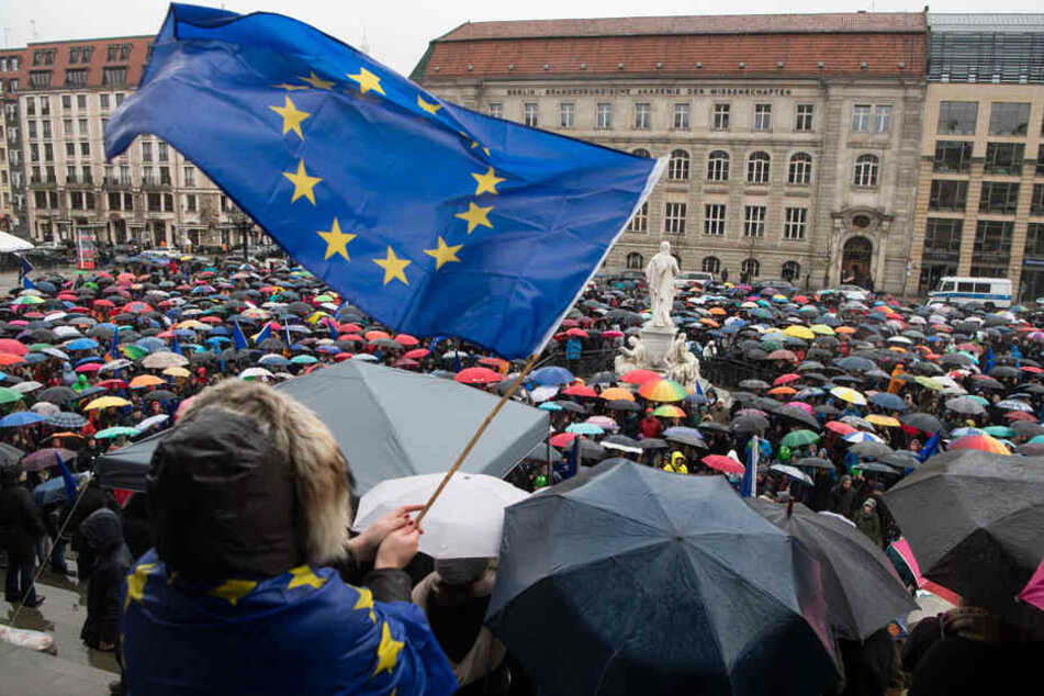 """Anhänger der Bürgerinitiative """"Pulse of Europe"""" demonstrieren am 19.03.2017 auf dem Gendarmenmarkt."""