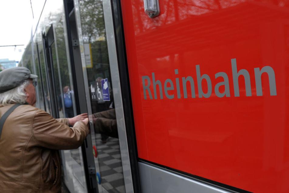 Ein Mann steigt in Düsseldorf in eine Straßenbahn der Rheinbahn ein.