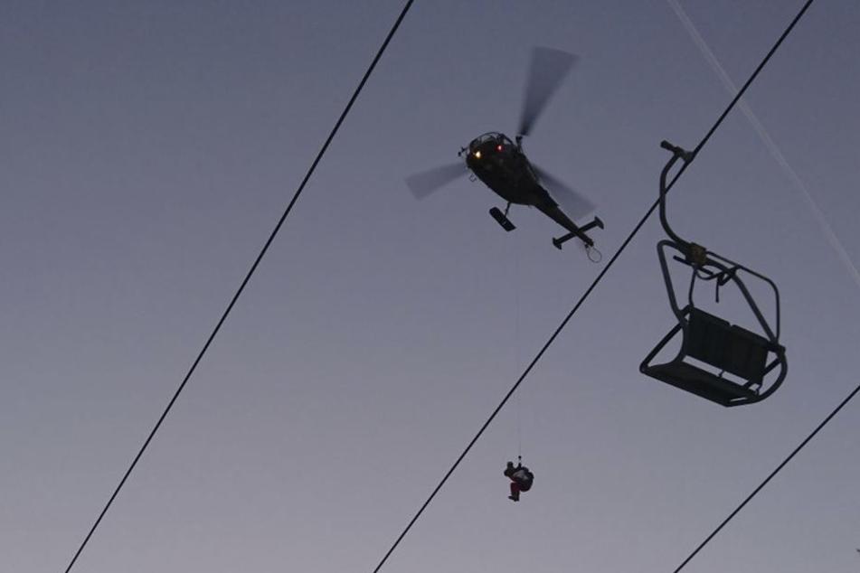 Dieses vom österreichischen Bundesheer zur Verfügung gestellte Foto zeigt einen Helikopter bei der Rettung von Skifahrern, die in einem defekten Sessellift stecken geblieben sind.