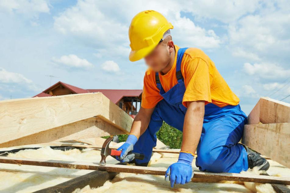 Der Mann hatte einen Schutzhelm getragen. Dennoch hatte ihn das Holzstück schwer verletzt. (Symbolbild)