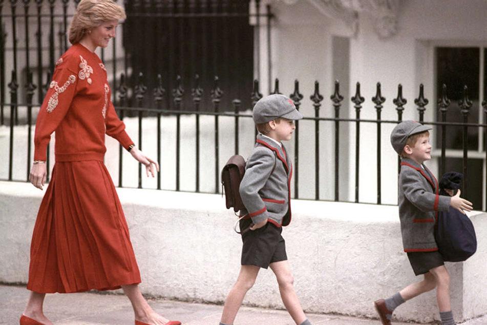 15.09.1989: Prinz William (Mi.) und Prinz Harry gehen an Harrys erstem Schultag in Begleitung ihrer Mutter Diana, Prinzessin von Wales, zur Schule.