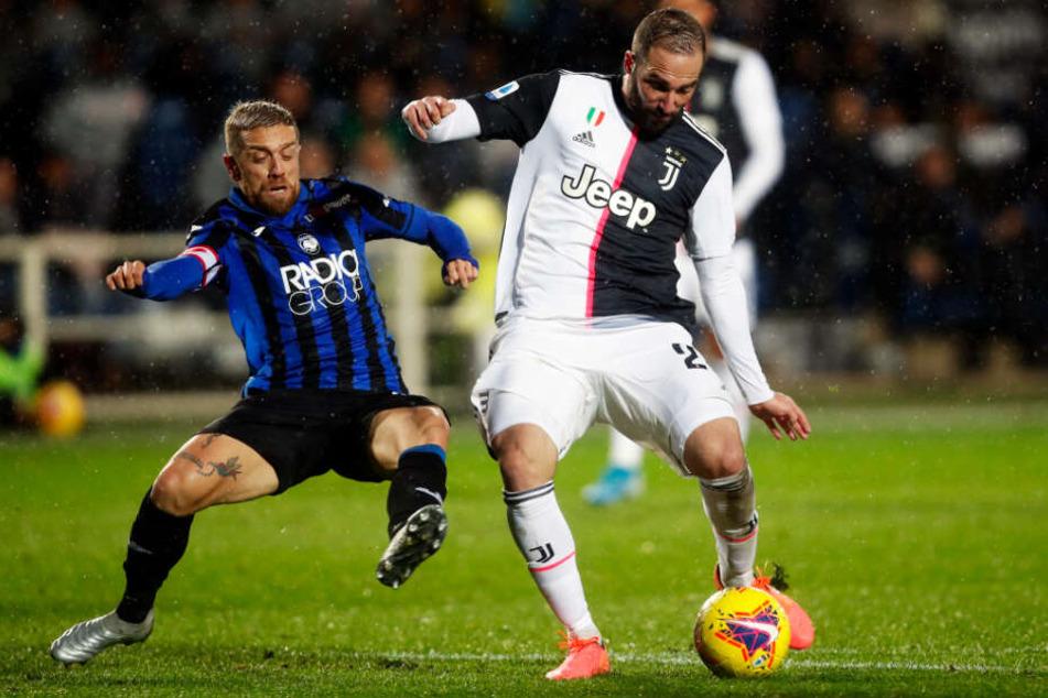 Der 1,65 Meter kleine Kapitän Papu Gómez (l.) ist das Herz des Bergamo-Spiels. Hier attackiert er Juve-Star Gonzalo Higuain.