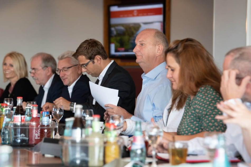 Dietmar Woidke (m.), Ministerpräsident und SPD-Vorsitzender in Brandenburg, bereitet sich auf die Große Runde der Koalitionsverhandlungen von SPD, CDU und Grünen vor.