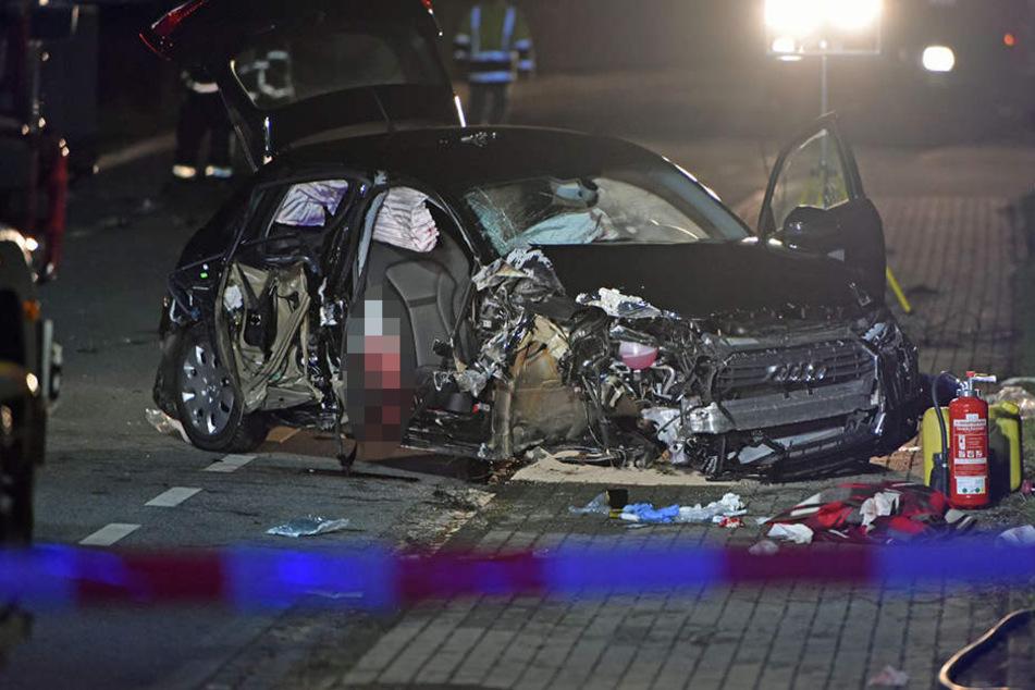 Die Beifahrerseite des Audi wurde bei dem Unfall komplett zerstört.