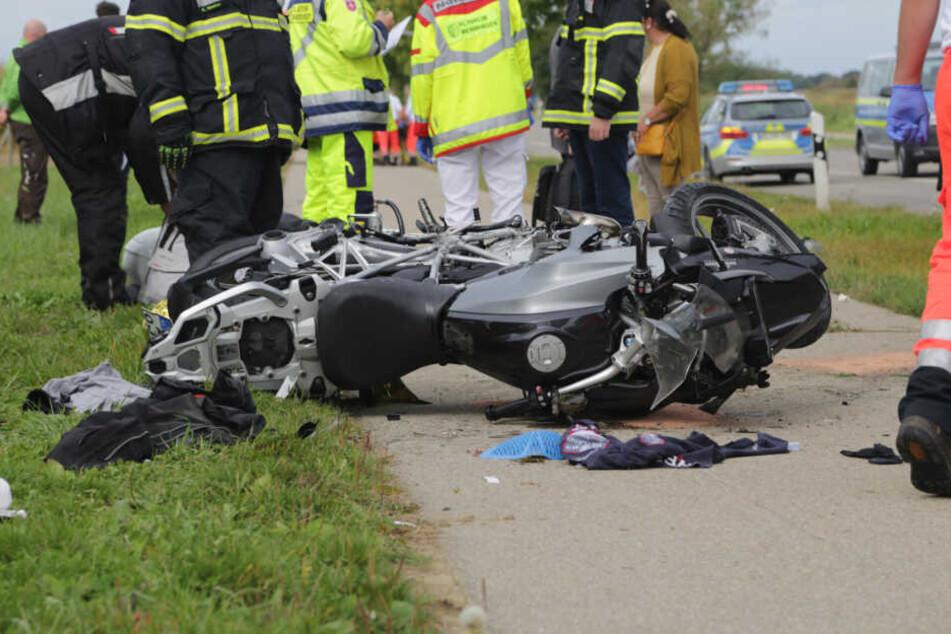 BMW rammt Abschleppwagen: Motorradfahrer schwer verletzt
