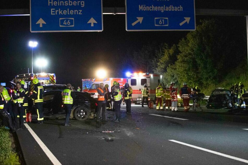 Einsatzkräfte sichern die Unfallstelle.