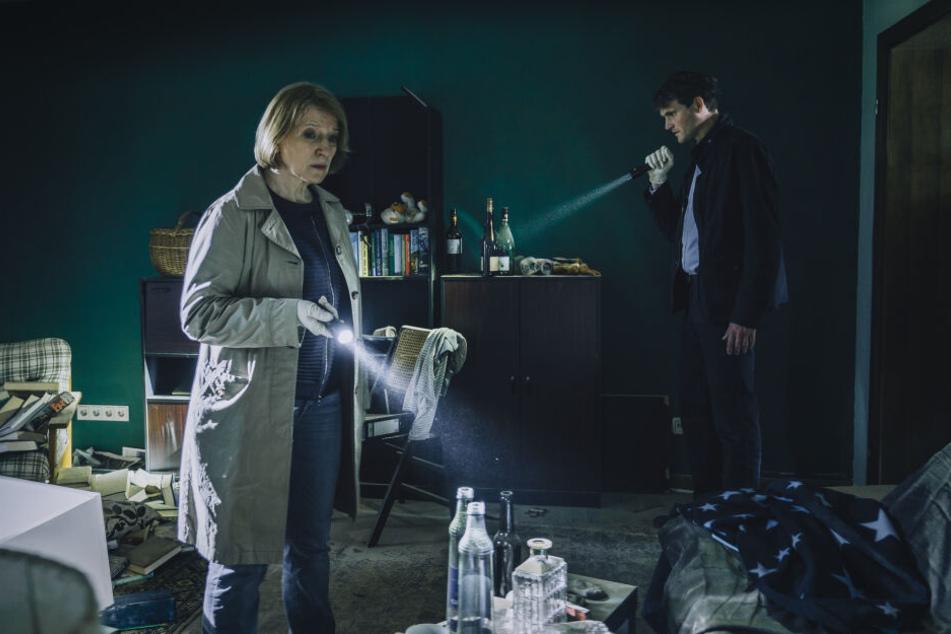 Paula Ringelhahn (Dagmar Manzel) und Felix Voss (Fabian Hinrichs) durchsuchen eine verwahrloste Wohnung.