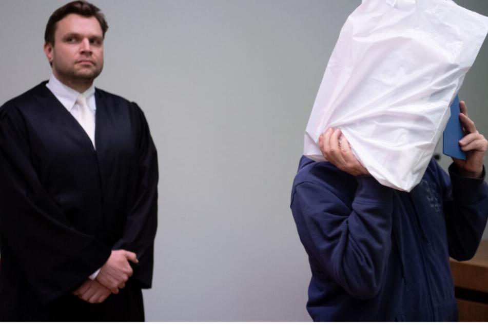Ein 67 Jahre alter Mann (r.) musste sich vor Gericht verantworten.