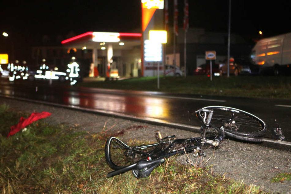 Das Fahrrad des Verstorbenen liegt stark beschädigt neben der Fahrbahn.