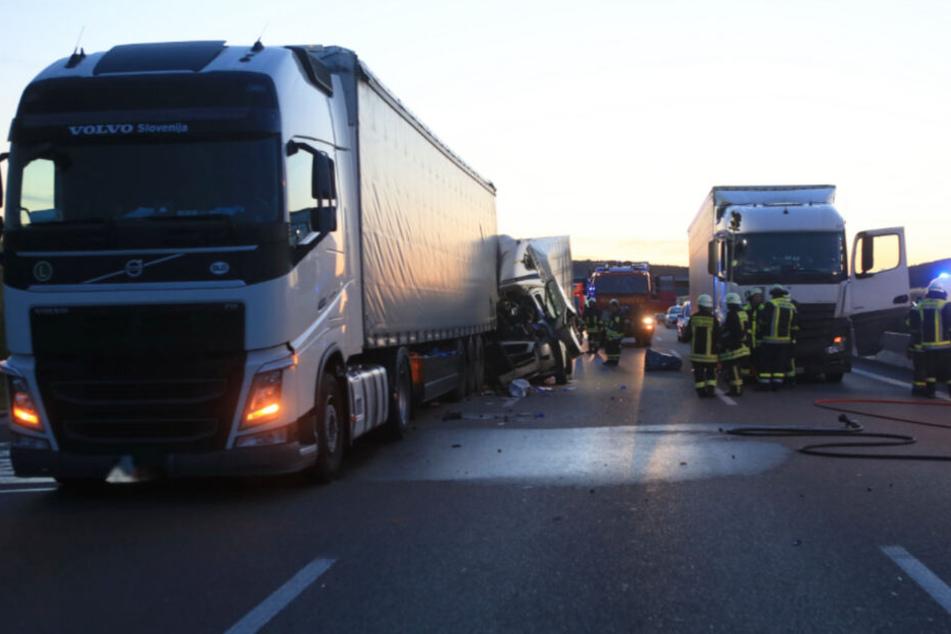 Ein kleiner Laster schob den Wagen auf einen anderen Lkw.