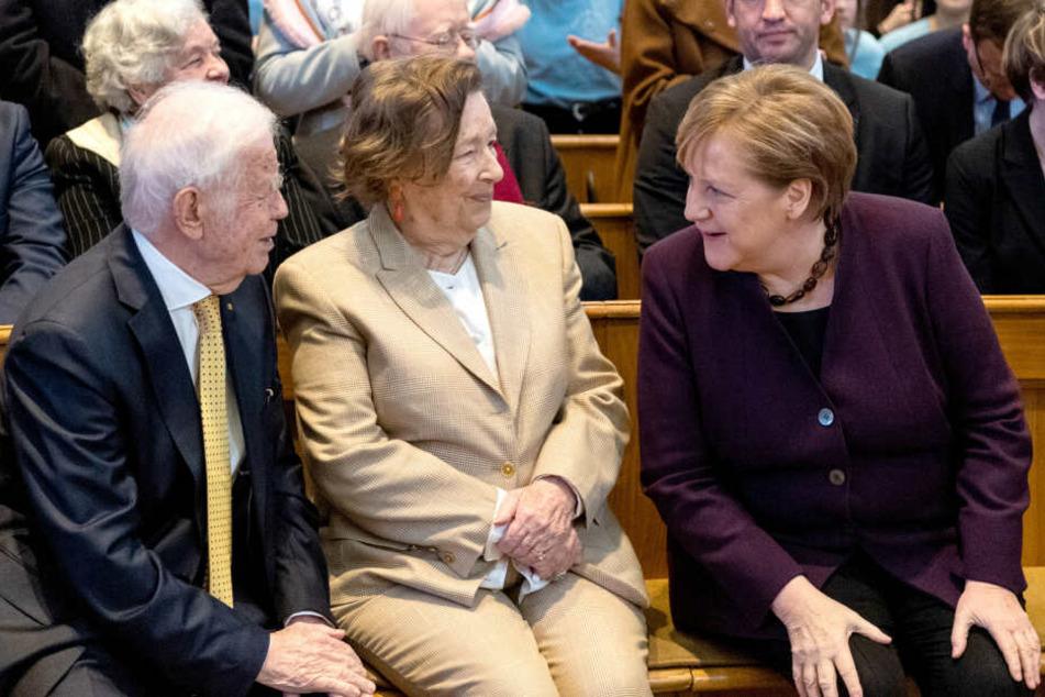 Kurt Biedenkopf in der Kirche mit seiner Frau und Angela Merkel.