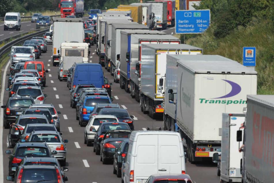 Die A44 musste voll gesperrt werden, nachdem es einen Unfall zwischen zwei Lkw gegeben hatte. (Symbolbild)