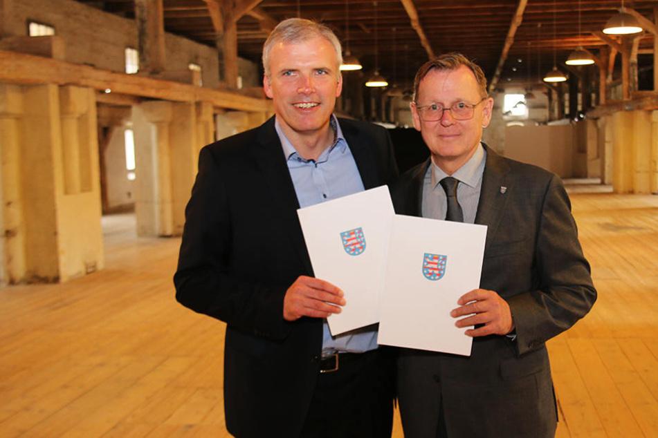Oberbürgermeister Andreas Bausewein (44, SPD) und Ministerpräsident Bodo Ramelow (61, Linke) unterzeichneten am Freitag den Vertrag auf dem Petersberg.