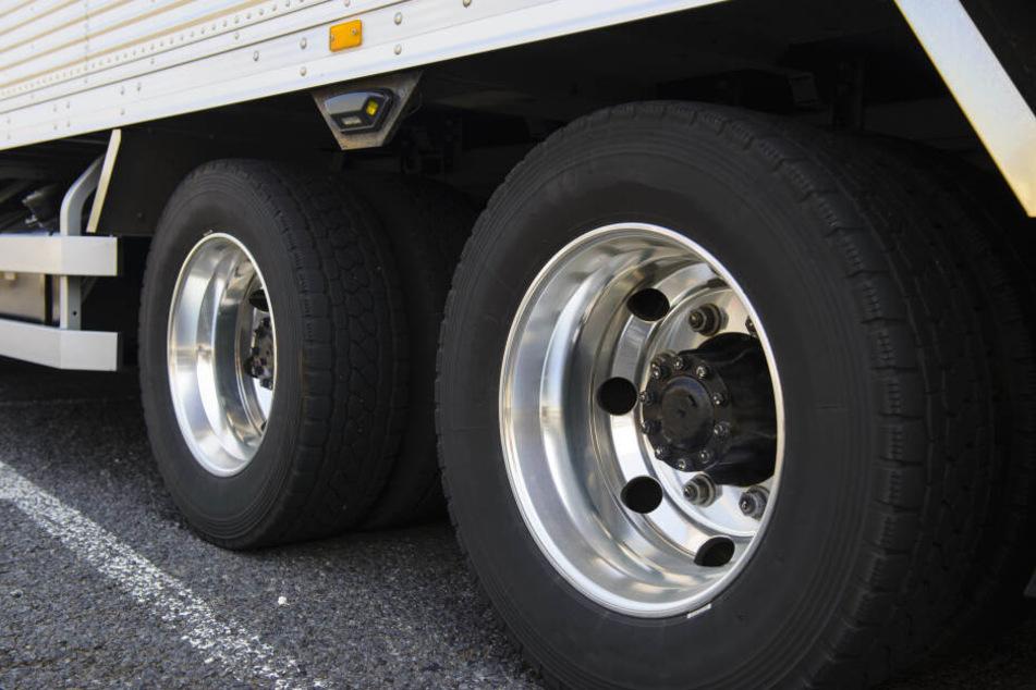 Lkw verliert Reifen und sorgt für 21 kaputte Autos auf der Autobahn