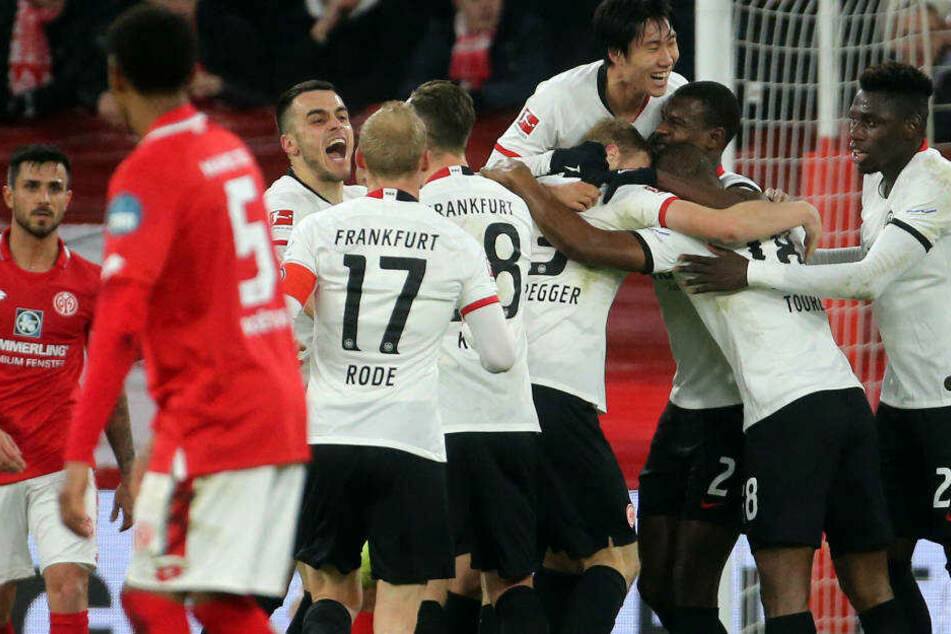 Die Frankfurter feiern das 1:0 von Martin Hinteregger.