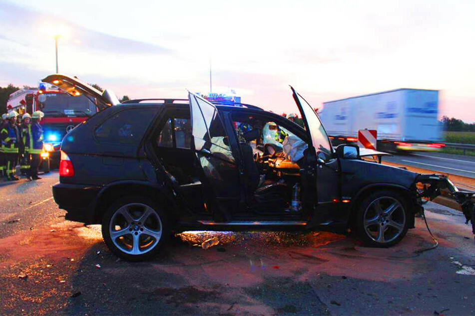 Der BMW fuhr auf einen Lkw auf.
