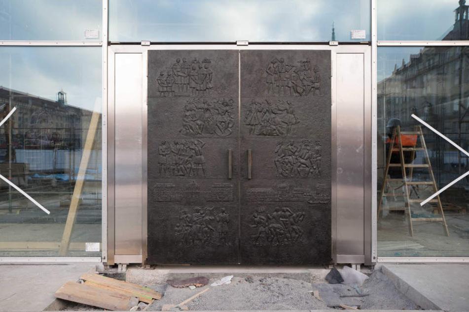 Die Bronze-Platten wurden jetzt auf modernen Metalltüren befestigt.