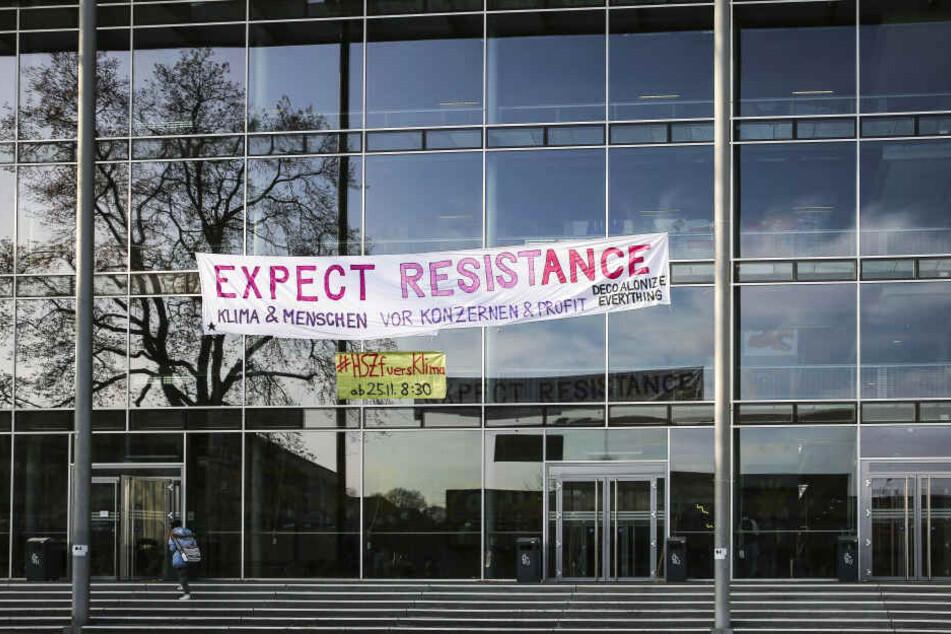Expect Resistance steht auf einem großen Banner, das am Hörsaalzentrum in Dresden hängt.