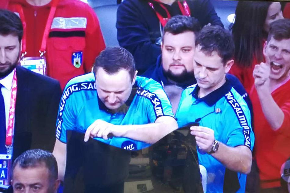 Das Schiedsrichtergespann sah sich die Szene minutenlang auf dem Bildschirm an und entschied dann noch auf Siebenmeter für Deutschland.