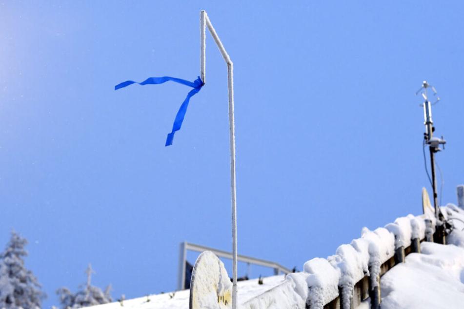 Die aufgehängten blauen Bänder flattern im Wind.