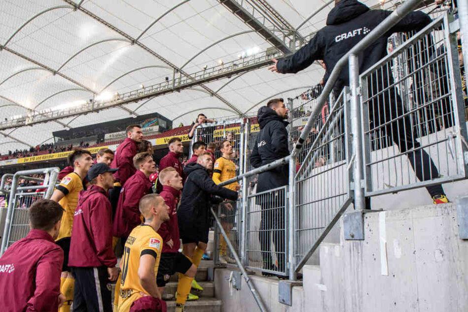 Die Dynamo-Profis mussten wie hier in Stuttgart nicht nur einmal in dieser Saison bei den Fans am Zaun antanzen, um sich die Leviten lesen zu lassen.