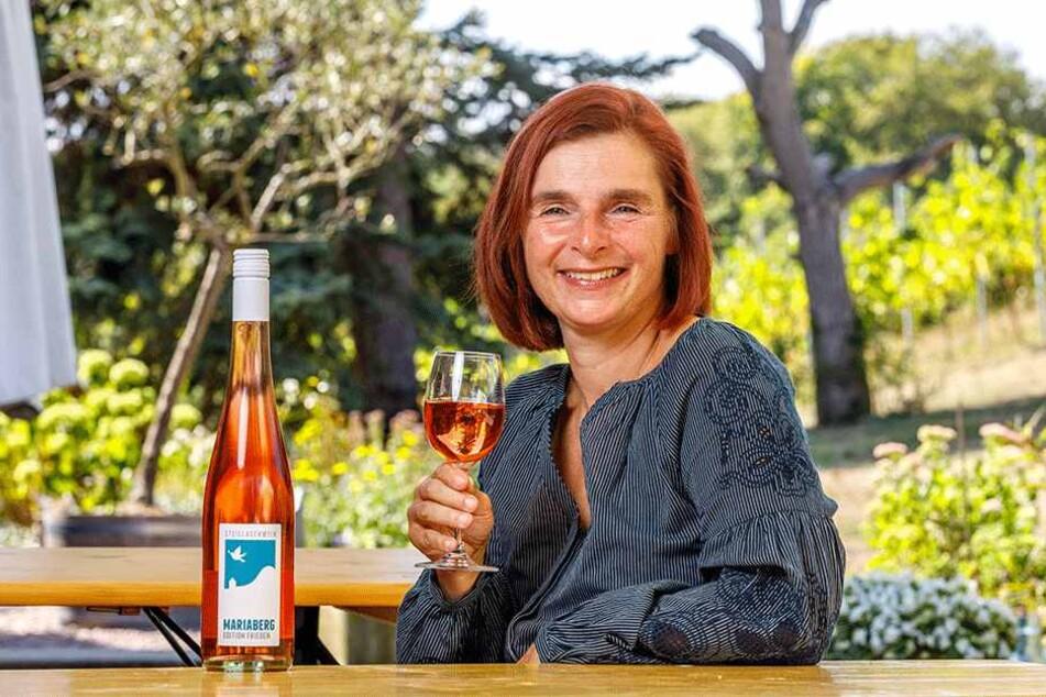 """Weingut-Chefin Anja Fritz (47) mit Sachsens erstem """"Friedenswein""""."""
