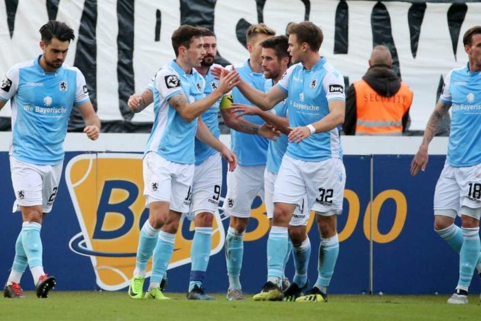 Die Löwen bejubelt die 1:0 Führung gegen Zwickau.