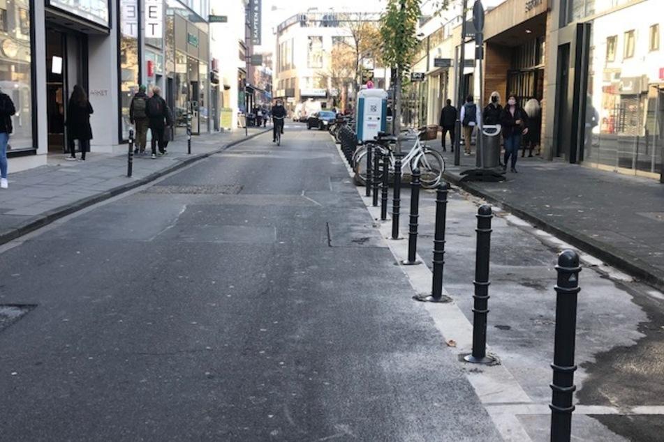 Kölner Innenstadt: Poller in der Ehrenstraße, 33 Parkplätze fallen weg!