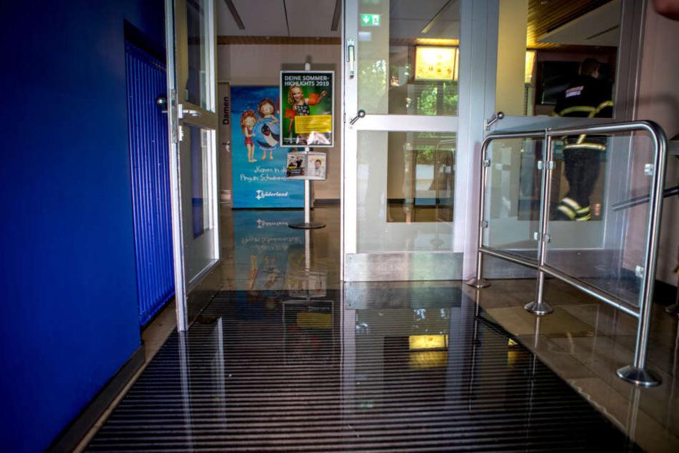 Der geflutete Kassenbereich des Hallenbads in Fischbek.