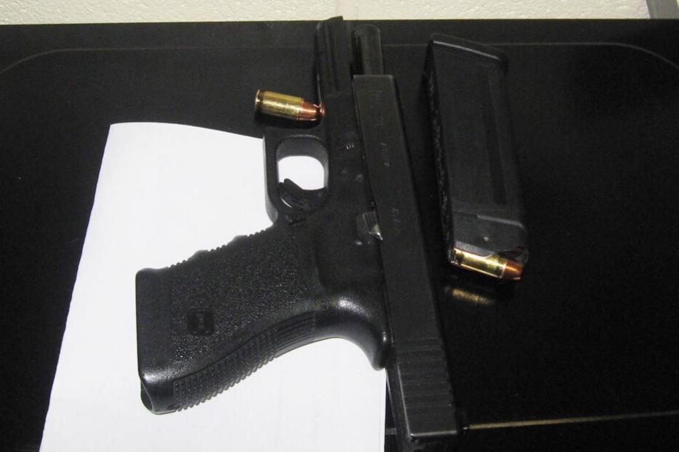 Die Waffe samt Magazin stellte die Polizei bei dem Jungen sicher.