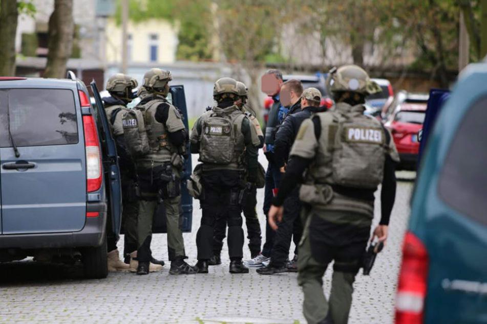 Mit einem Großaufgebot sucht die Polizei in Leutzsch nach dem mutmaßlichen Waffenträger.