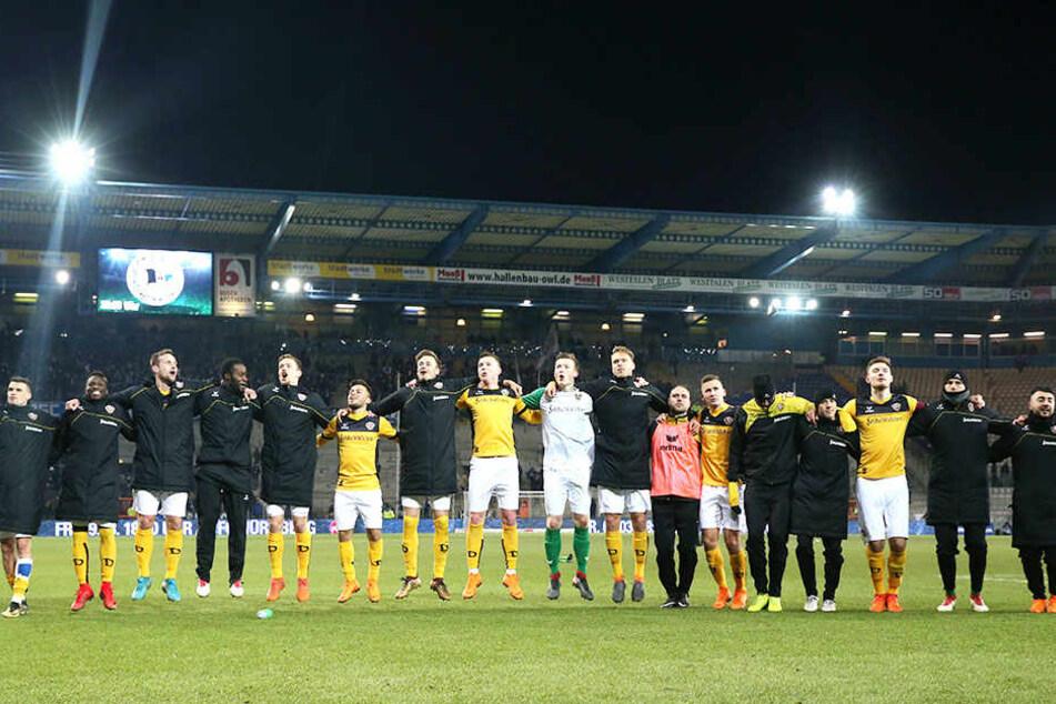 Schwarz-gelbe Party auf der Alm: Die Dynamos feierten mit dem 3:2 in Bielefeld ihren ersten Auswärtssieg im Fußballjahr 2018. Drei Punkte, die der Mannschaft im Abstiegskampf unheimlich gut tun.
