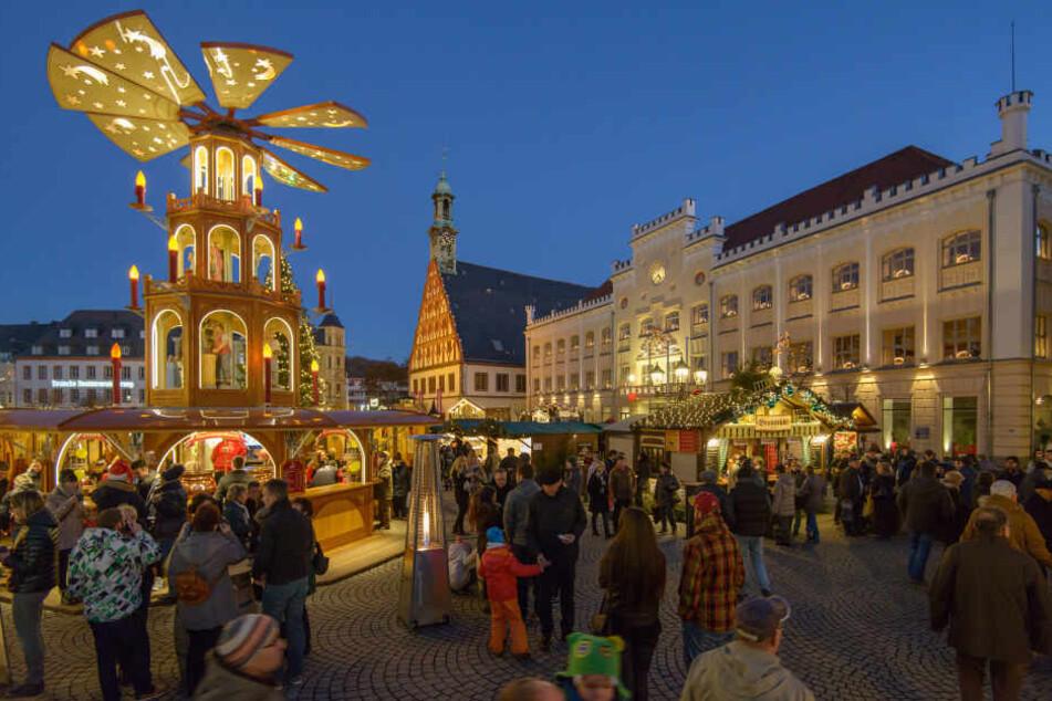 Mehr als hundert Buden stehen auf dem Hauptmarkt in Zwickau.
