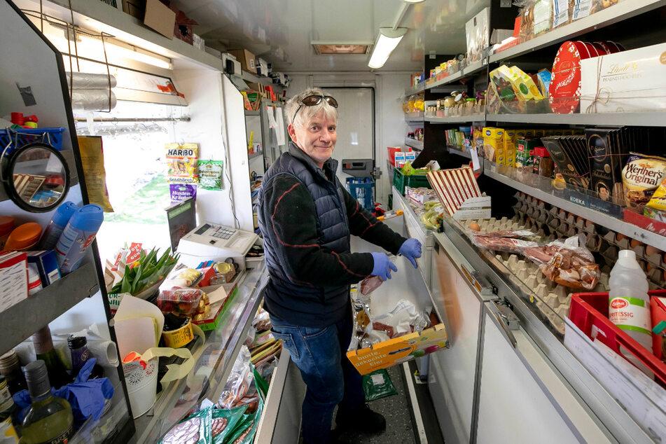 Ralf Heßler (57) ist einer der Fahrer der rollenden Supermärkte. Er bringt die Waren zu den Kunden.