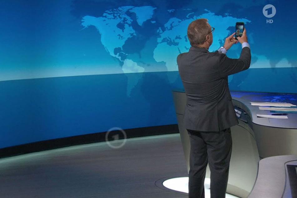 Panne bei der Tagesschau? Jan Hofer macht Selfie am Ende der Sendung!