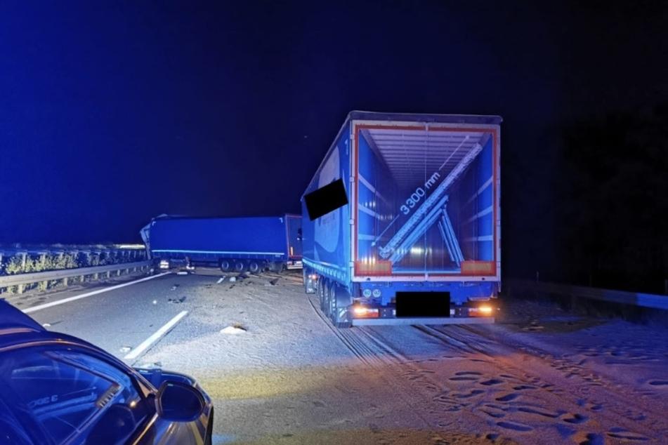 Bei dem Unfall in der Nacht auf Dienstag wurde ein Lkw-Fahrer schwer verletzt.
